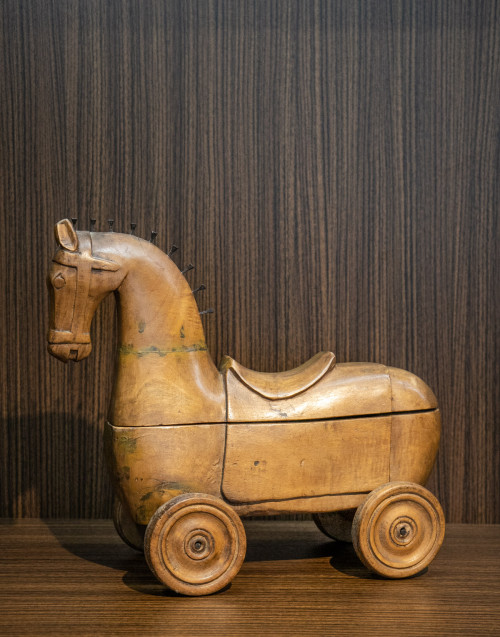 Cavallino legno color cuoio apribile