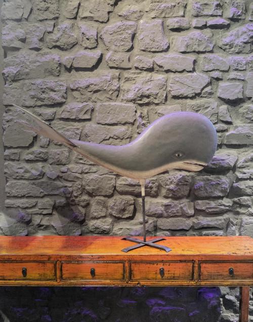 Balena in legno su supporto