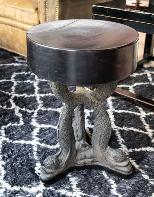 Sgabello nero in legno verniciato su base di ferro