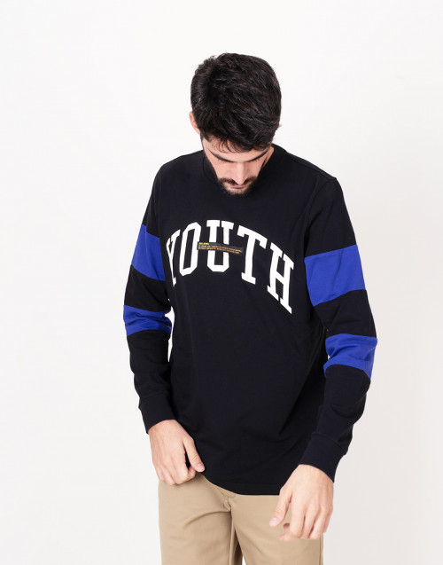 Black crewneck long-sleeves t-shirt