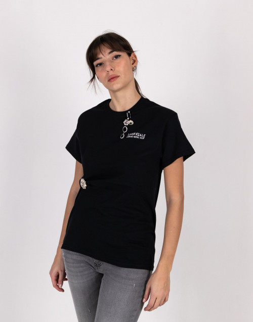 Black t-shirt with brooch