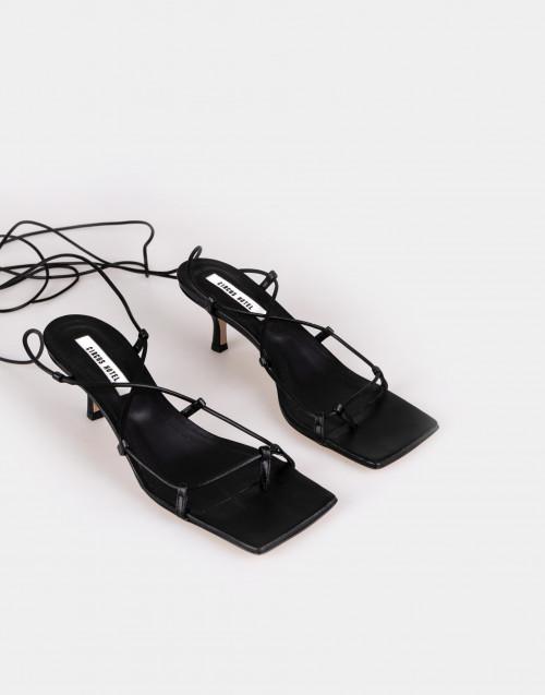 Sandalo in pelle nera con punta rettangolare e lacci