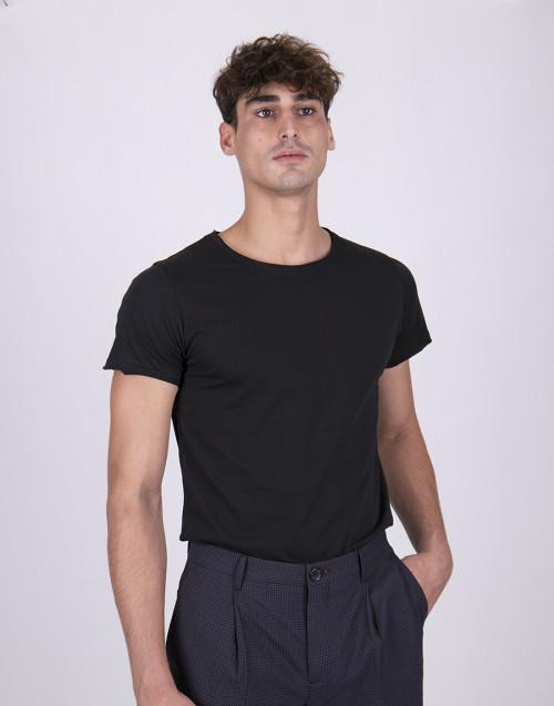 T-shirt nera collo taglio vivo