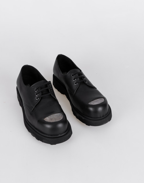 Lace-up derby shoe in black leather with reinforced toe