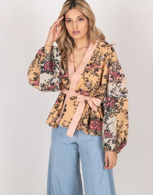 Blusa a kimono rosa antico con motivo floreale