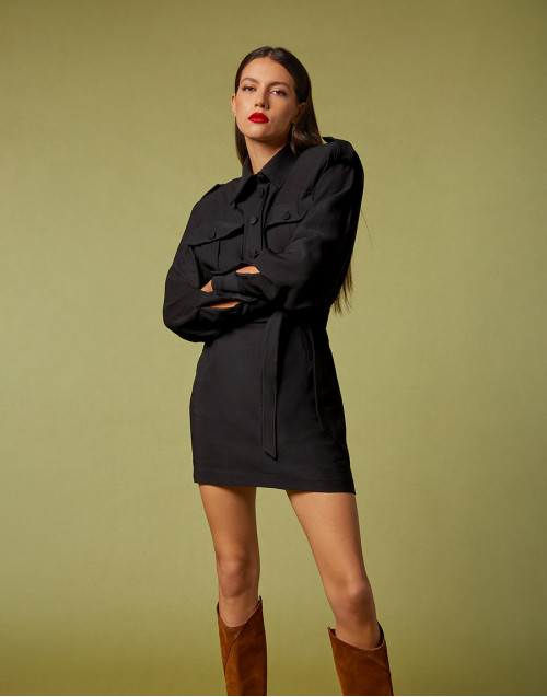 Mini abito nero con tasche anteriori