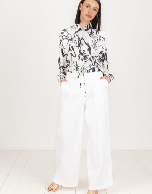 Camicia bianca con stampa astratta blu