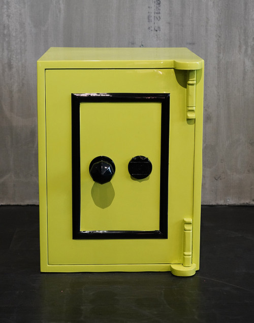 cassaforte vintage restaurata giallo pantone 389C