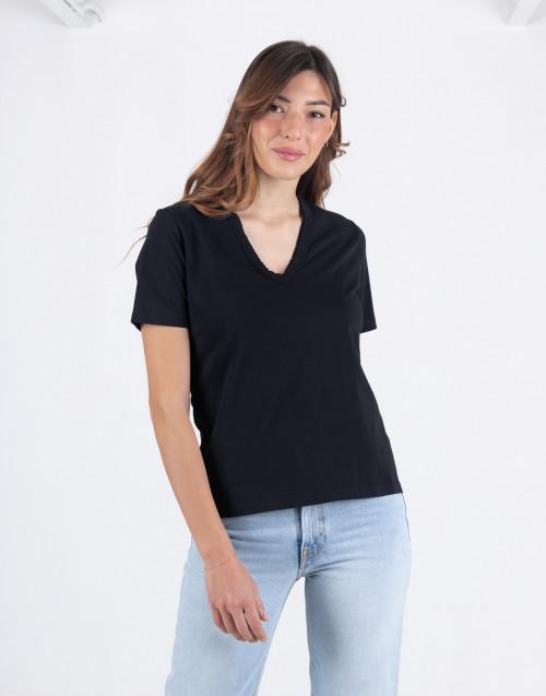 T-shirt nera con scollo a v