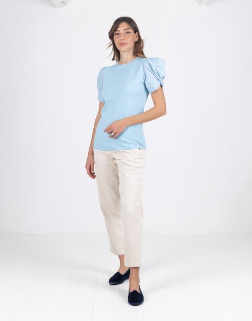 "T-shirt ""Adele"" azzurra con manica a sbuffo"