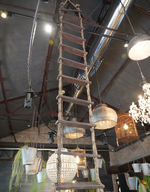 Scala in corda e gradini in legno
