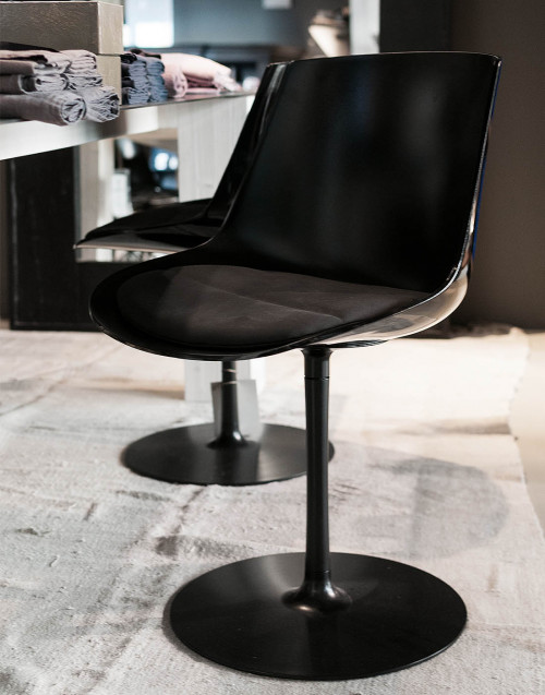 flow chair glossy padded stern base
