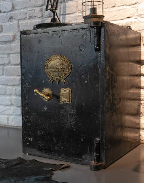 Cassaforte vintage nera restaurata